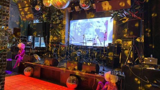 Декор площадки в стиле диско. Аренда бэклайна для выступления коллектива 2Маши. Аренда светового оборудования